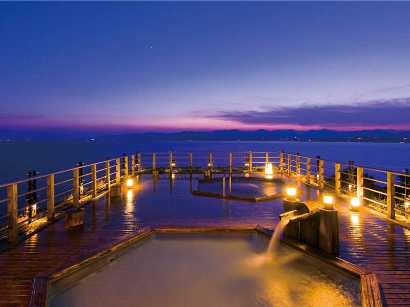 【絶景露天風呂(夜)】地上40m上からぐるりと浜名湖を見渡す絶景!