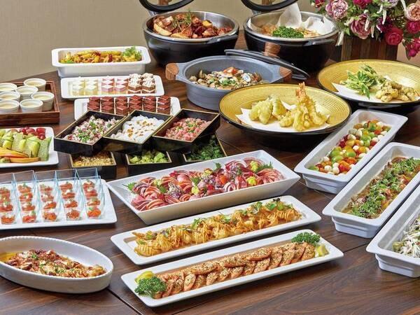 【夕食/ブッフェ例】サーロインステーキ、お好み具材で楽しむ「じぶん丼」、揚げたての天ぷら、金目鯛など地の物をふんだんに盛り込んだ「刺盛り」等