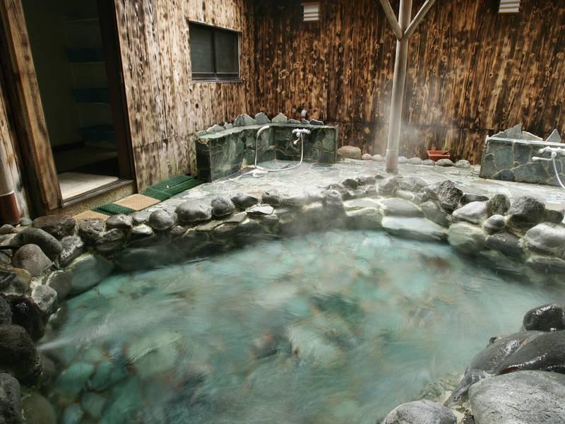 【野天風呂】大自然に囲まれた野趣あふれる岩造りの露天風呂