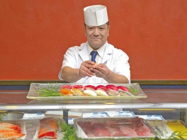 職人が目の前で握る寿司は絶品/例