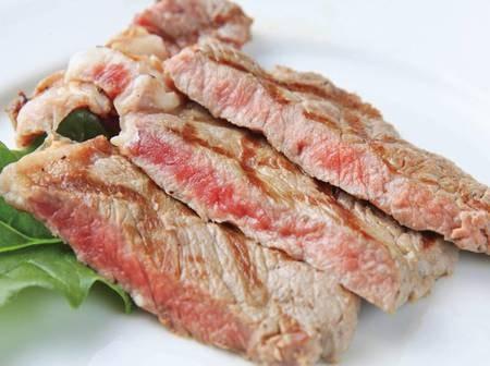 シェフが目の前で焼く鉄板牛ステーキ/例