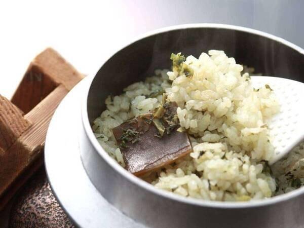 【夕食:桑の葉茶飯/例】ひとつひとつ釜で炊いた、薫り高い茶飯