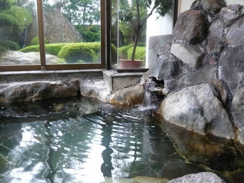 【大浴場】岩を配した趣ある浴場