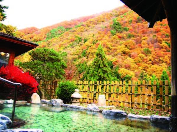 【露天風呂】例年10月下旬~11月上旬は紅葉を眺めながらの湯浴みを楽しめる