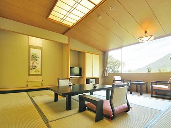 【新館和室/例】大きな窓から山並みを一望できる人気の新館眺望和室
