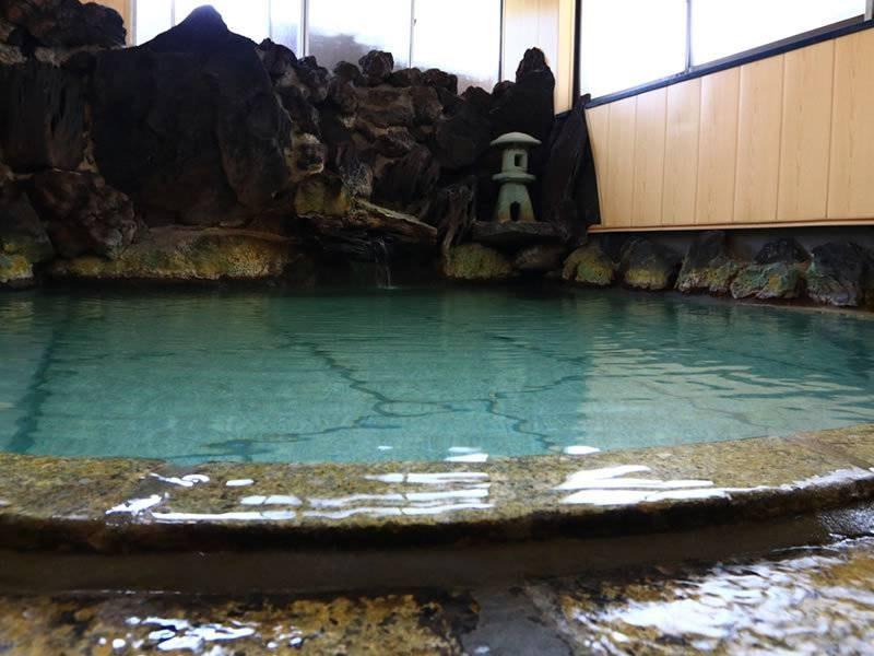 【大浴場】湯畑より引湯している自慢の岩風呂当館の2ヶ所のお風呂はどちらも貸切でご利用可。空いている方をご利用ください