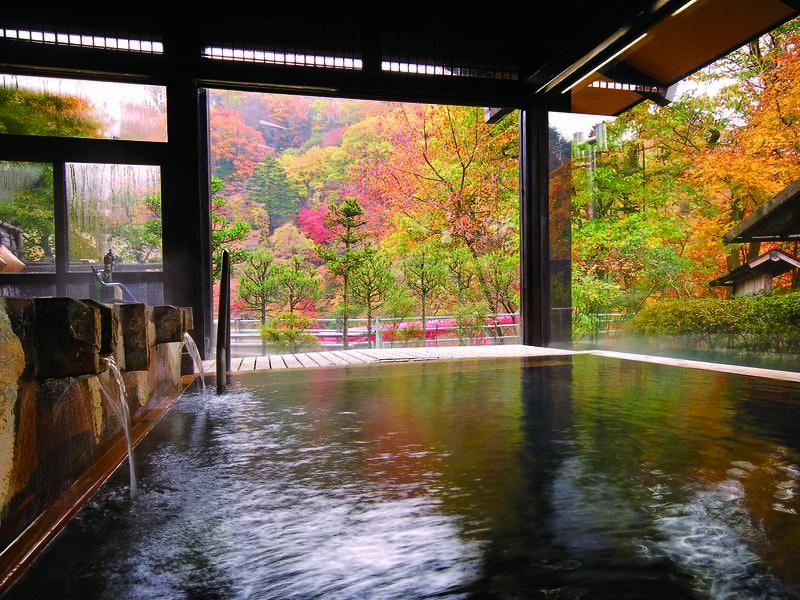 【大浴場/秋】例年10月下旬~11月中旬が紅葉の見ごろ
