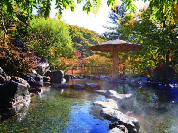 【露天風呂/秋】四季折々に違う景色を満喫!大自然の中で心ゆくまで湯浴みを