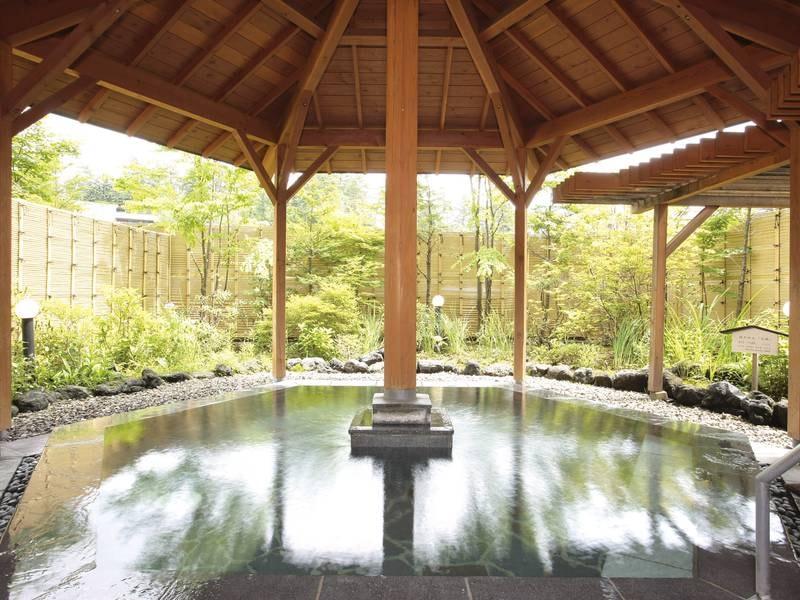【露天風呂】露天と大浴場で2泉質満喫。露天はサラリと無色透明な「万代鉱源泉」