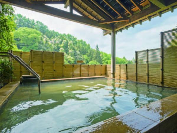 【露天風呂】山々に囲まれた、目の前に広がる四季折々の風景を眺めながら湯浴み