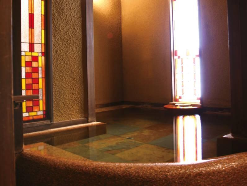 【貸切風呂】ステンドグラスの光が幻想的なモダンな貸切風呂