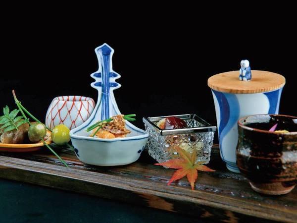 【夕食会席/例】お食事とともに、こだわった盛り付けと器の美しさも楽しめる