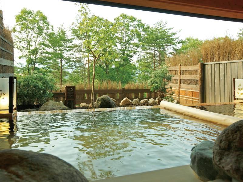 【大浴場】湯川の湯が注ぐ。大自然を眺めながらの湯浴みは格別