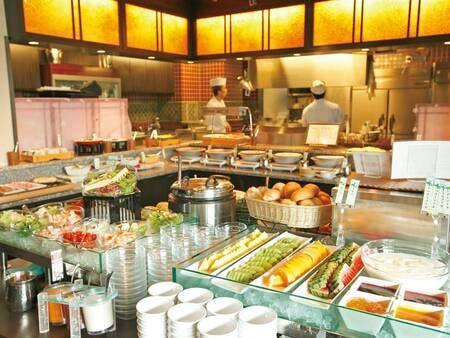 【夕食/例】「前菜」と「小鍋」をご用意、更にカウンターに並ぶ料理は食べ放題