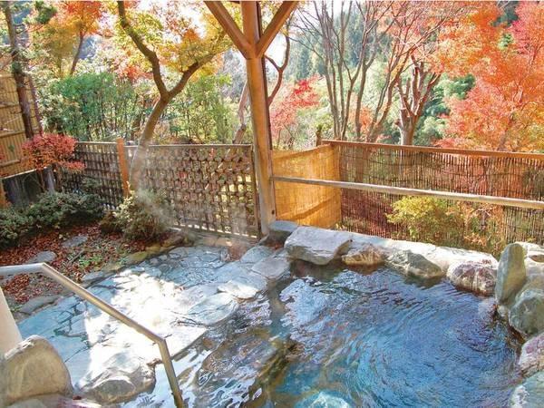 【露天風呂】秋には温泉につかりながら紅葉も楽しめる