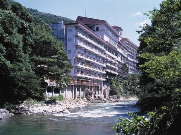 【外観】渓流沿いに位置する宿