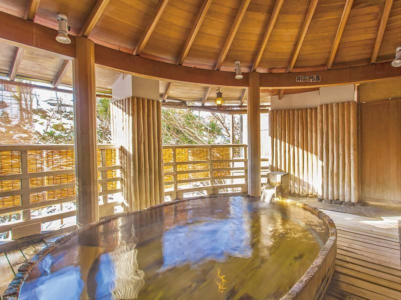 【水晶風呂/露天風呂】槙木(まさき)で組まれた樽型のお風呂