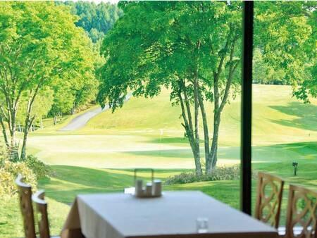 【食事会場】レストランの窓越しに広がる雄大な景色を眺めながら、爽やかで心地よい朝をお過ごしください