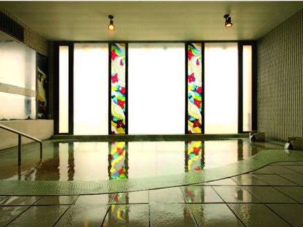 【大浴場】おしゃれなステンドグラスから注ぐ鮮やかな光を満喫