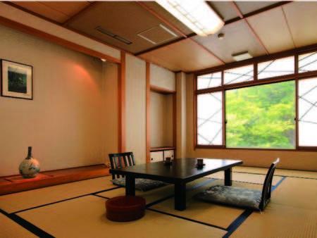 【駐車場側和室/客室一例】広々とした和室で寛ぐ