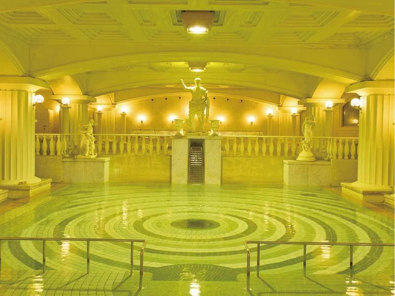 【巨大ローマ風呂】広さ約250畳分の名物風呂!一度に300人が入浴可能