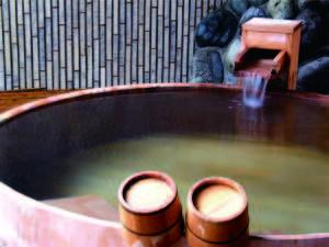 【檜風呂】ぬるめの湯船もあり