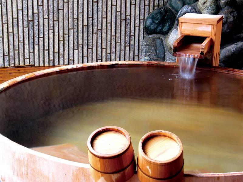 【露天風呂(あやめの湯)】ぬるめの湯の檜風呂もあり