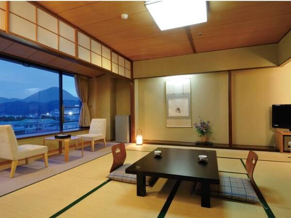 【富士山側和室/例】大きな一枚窓からは絵画の様な富士山を望む