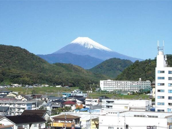 【富士山側和室眺望/例】晴れて澄んだ空気の日は稜線までくっきり見える