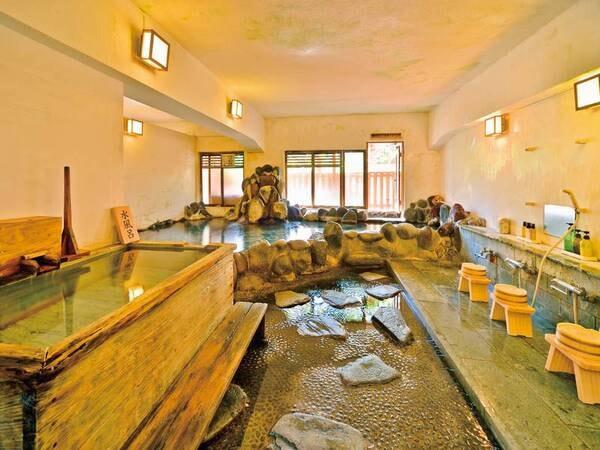 【噴湯の湯】自然の光が心地よい岩造りの空間
