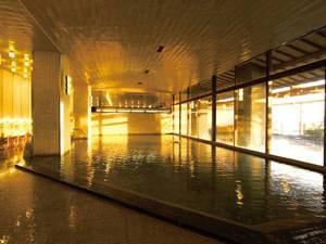 【大浴場】広々とした湯舟に湯量豊富な自家源泉が並々と注ぐ!