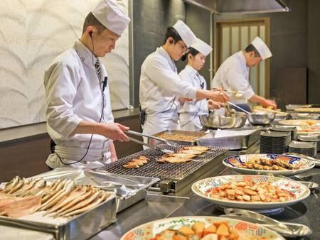 【朝食バイキング/例】ライヴキッチンでの実演料理も充実!