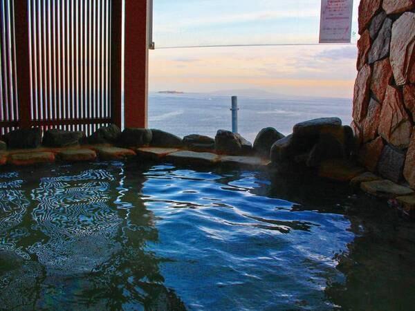 【貸切風呂からの眺望/例】高台から青い海を眺めることができる