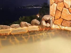 【貸切風呂からの眺望/例】夜はほんのりと灯る夜景を望みながら