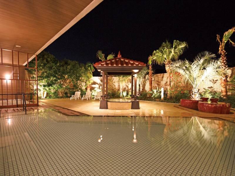 【露天風呂】開放感あるアジアンリゾートな雰囲気