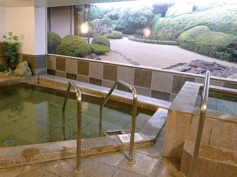 【本館温泉大浴場(男湯)】落ち着いた雰囲気の中ゆったりと旅の疲れを癒す