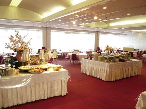 【食事会場】広々としたバイキングレストラン。椅子テーブル席でゆったりお食事
