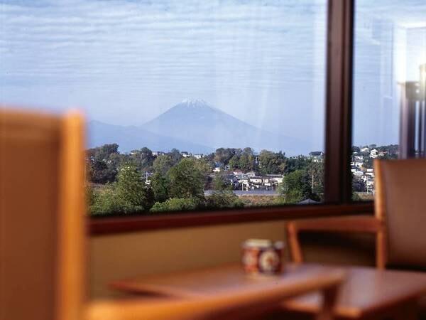【富士山側洋室/例】雄大な富士山を眺望