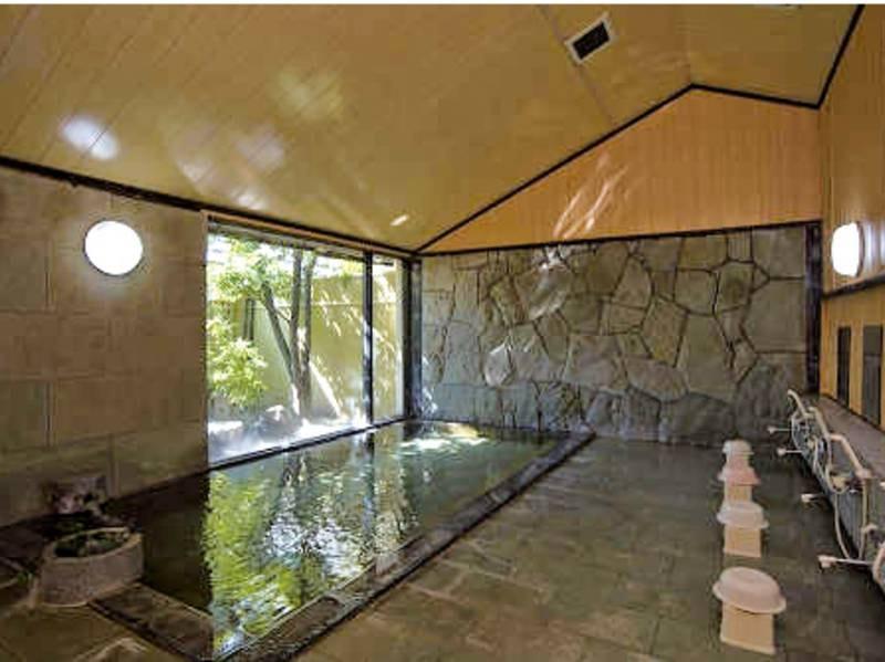 【大浴場】伊豆石を使ったお風呂でゆったり湯浴み