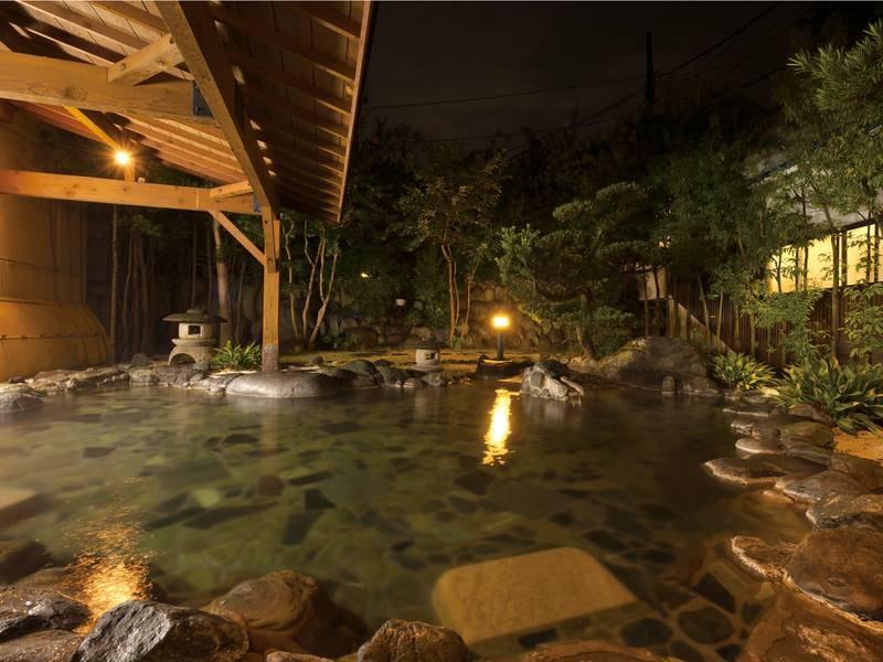 【広庭露天風呂/夜】星空を眺めらなら美人の湯に浸る