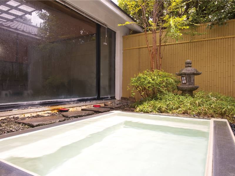 【露天ハーブ風呂】季節に合わせたハーブを使った香りの湯でリラックス