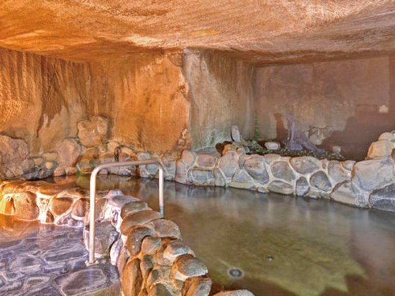 【洞窟風呂】神秘的な雰囲気の中で温泉が楽しめる、珍しい洞窟風呂(檜風呂と男女入替制)