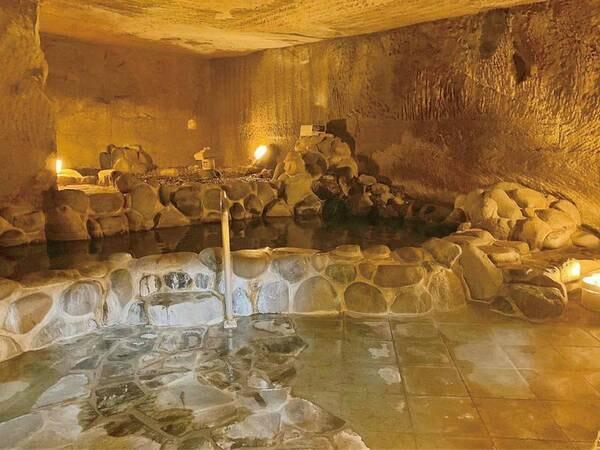 【洞窟風呂】神秘的な雰囲気の中で温泉が楽しめる、珍しい洞窟風呂