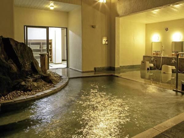 【岩風呂】壁面に大きな岩があしらわれた、趣のある内湯