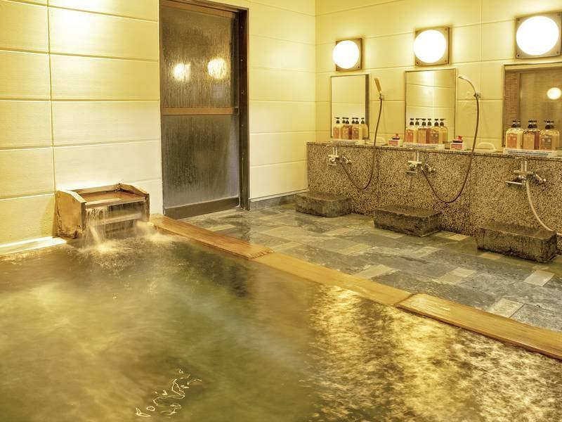 【檜風呂】窓越しに庭園を望める、檜の香りが漂うお風呂(洞窟風呂と男女入替制)