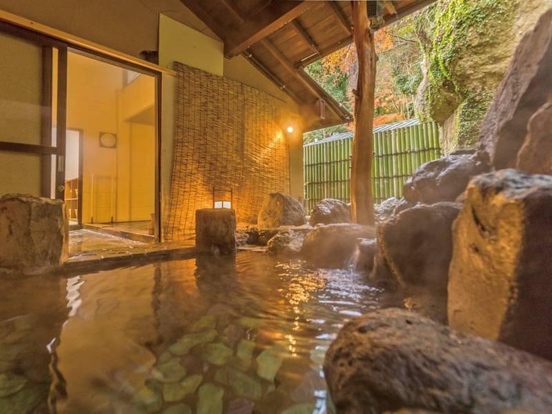【露天風呂】檜風呂と併設。源頼朝の腰掛岩が残る露天風呂