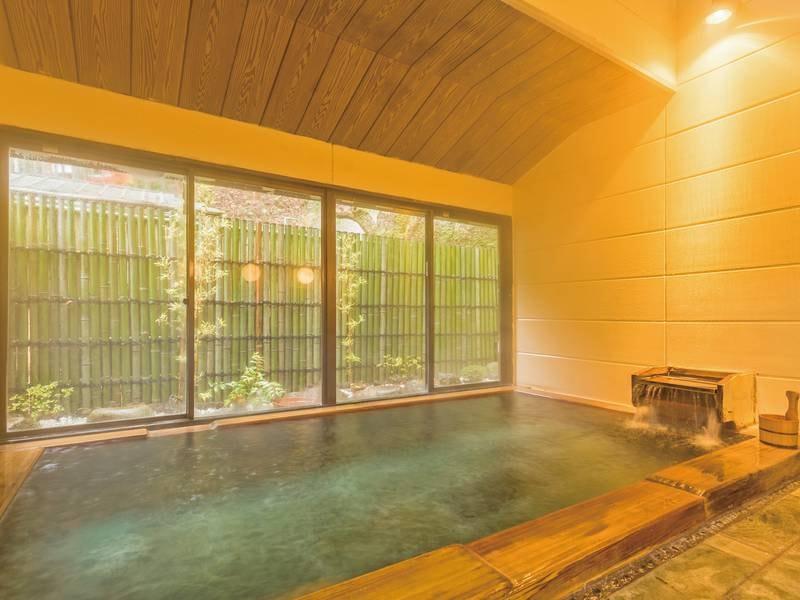 【檜風呂】窓越しに庭園を望める、檜の香りが漂うお風呂
