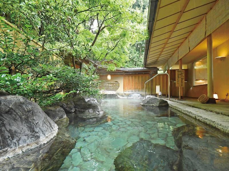 【露天風呂/月の湯】広々と開放的な湯船でゆったり