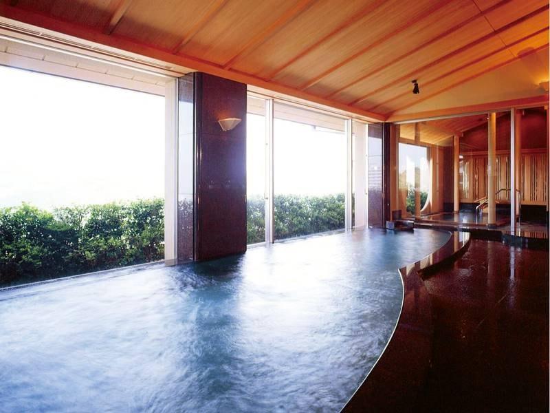 【大浴場/花の湯】大きな窓が開放的な大浴場