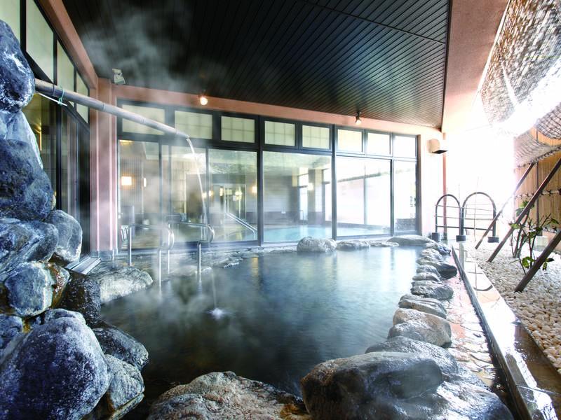 【露天風呂】2本の自家源泉。高温で効能豊かな湯